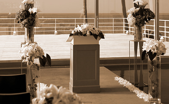A wedding rehearsal that relaxes the tension in a warm atmosphere.